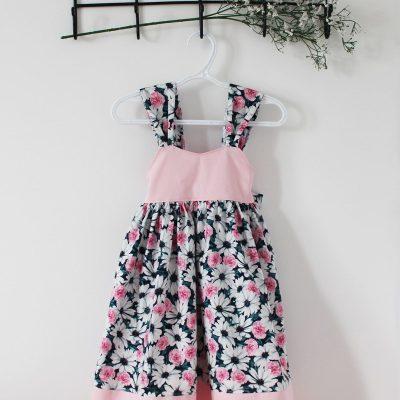 Robe ample rose avec marguerites blanches et grosse boucle au dos 1